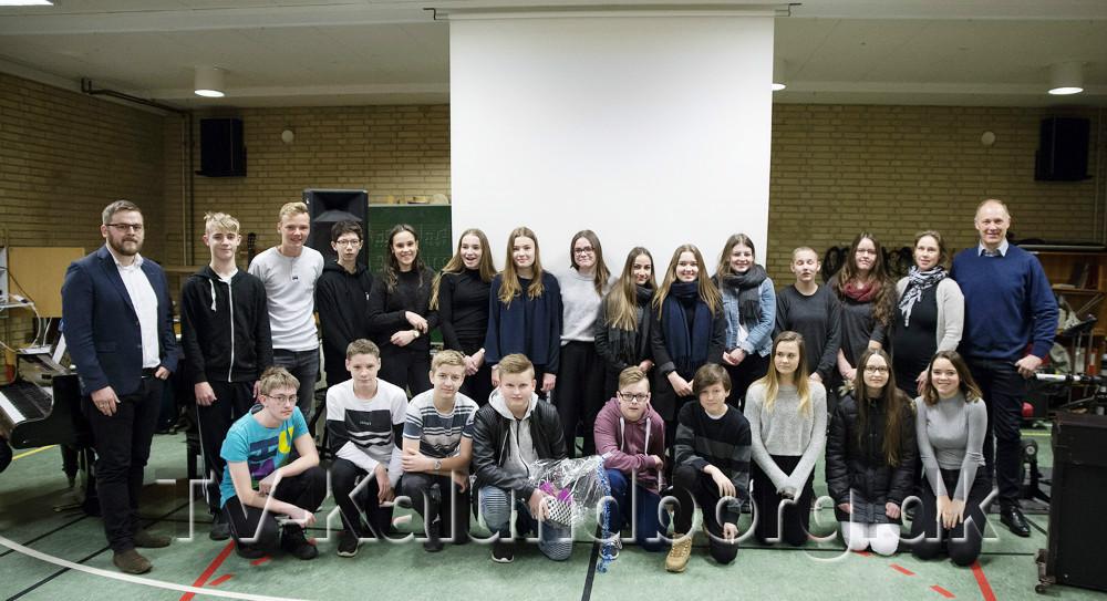 Hele 8. klasse sammen med borgmester Martin Damm og folketingsmedlem Jeppe Jakobsen. Foto: Jens Nielsen
