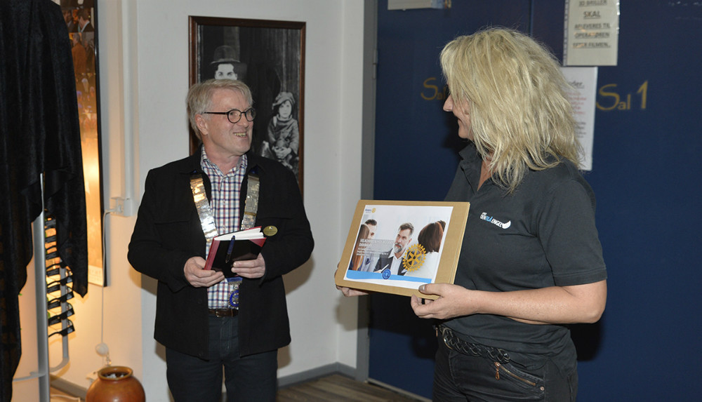 Præsident for Rotary Kalundborg, Anders Christiansen overrakte 20.000 kroner til Annette Sønder Nielsen, medejer af Kino Den Blå Engel. Foto: Jens Nielsen