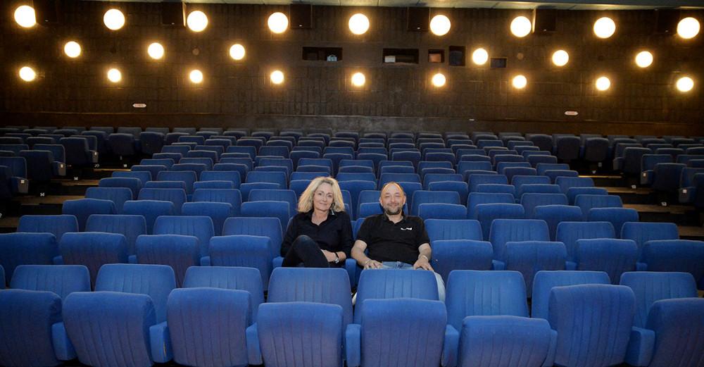 Annette Sønder Nielsen og Brian Sønder Andersen, indehavere af Kino Den Blå Engel, i de gamle blå stole som nu bliver udskiftet. Foto: Jens Nielsen