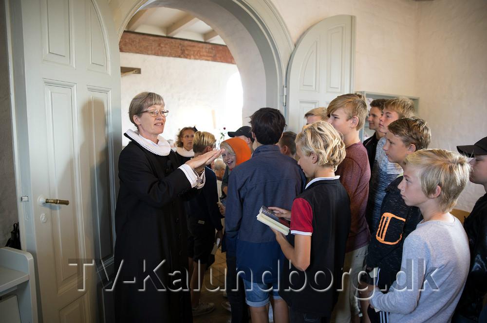 Sognepræst Helle Brink giver instruktioner til de kommende konfirmander. Foto: Jens Nielsen