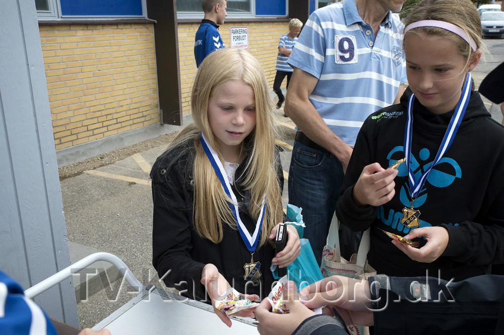 Der var medaljer til deltagerne i løbet fra kirken og til Røsnæshallen. Foto: Jens Nielsen