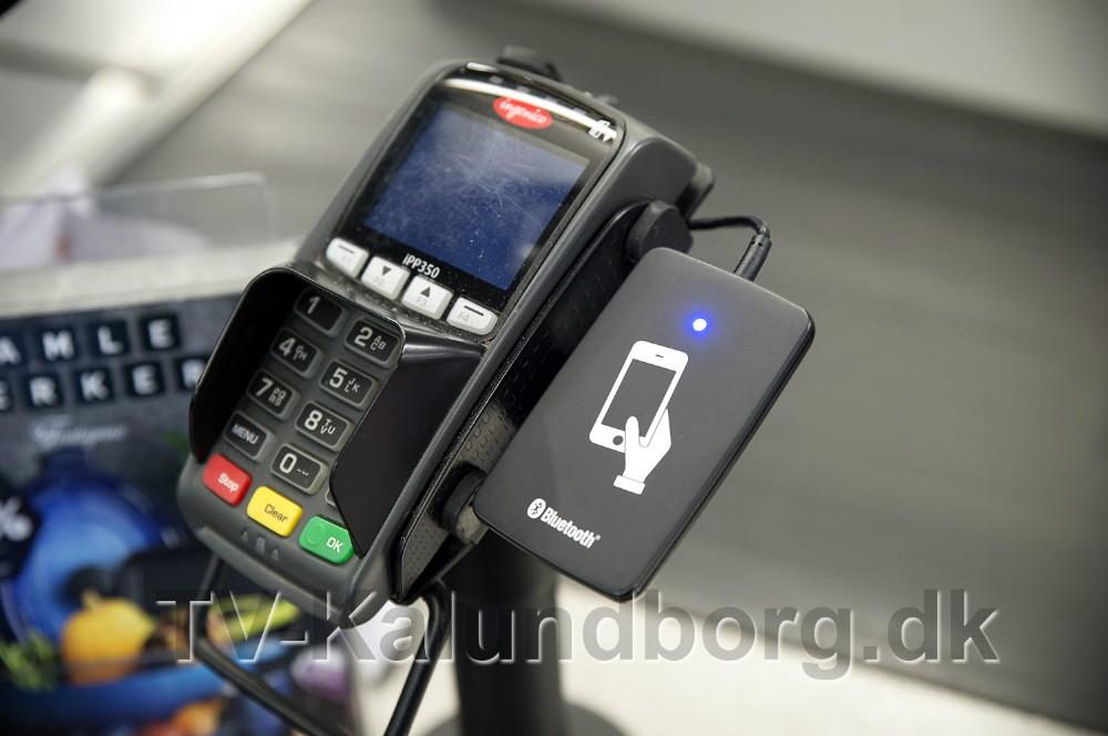 Telefon placeres på pladen ved siden af dankortautomaten og så er din bonus registreret. Foto: Jens Nielsen