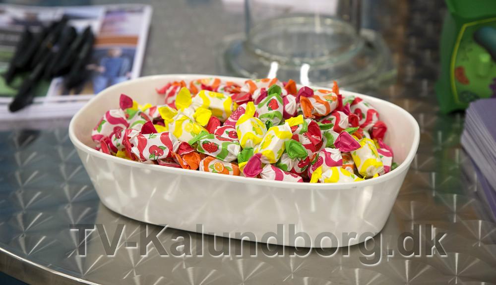 Der er stillet bolcher og flødekarameller frem til gæsterne. Foto: Jens Nielsen