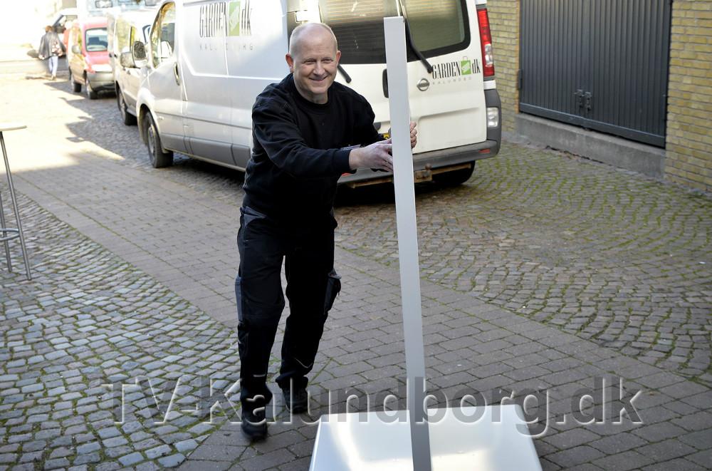 Henrik Djernis fra Fri Bikeshop i gang med at gøre sin stand klar.  Foto: Jens Nielsen