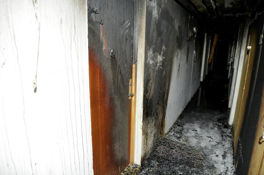 Der var sat ild i en madras som lå midt på kældergangen. Foto: Jens Nielsen