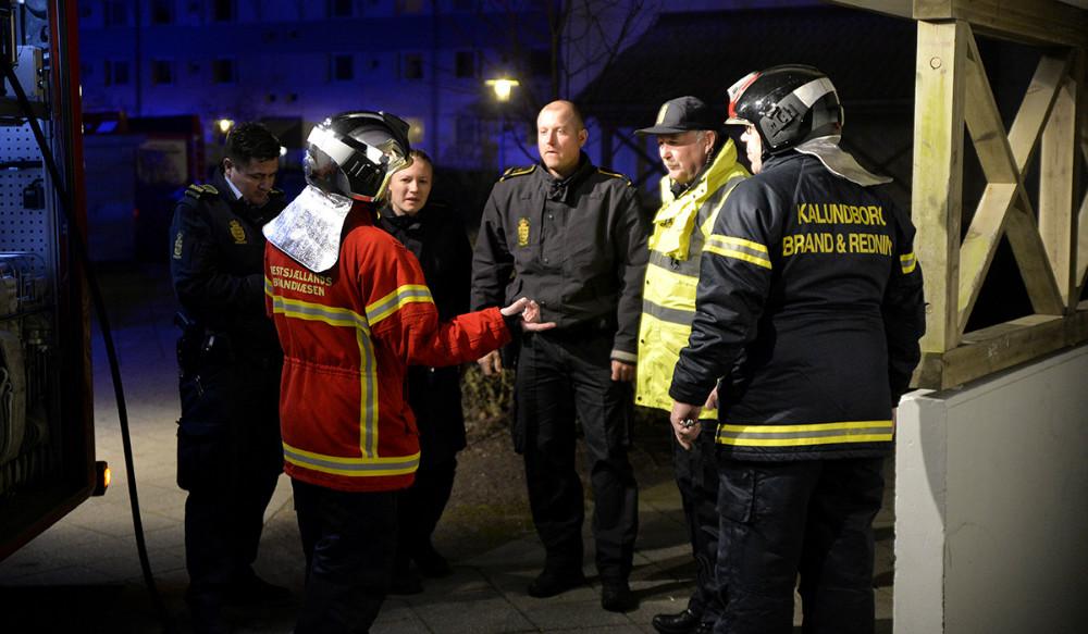 Politi og brandvæsen til kælderbrand i Sct. Olaiparken mandag aften. Foto: Jens Nielsen