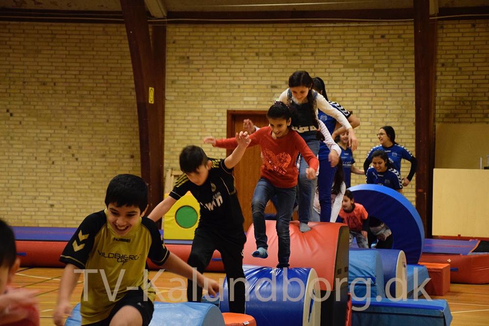 Børn fra asylcentret i Kalundborg på besøg hos TGU for at lave gymnastik.Foto: Gitte Korsgaard