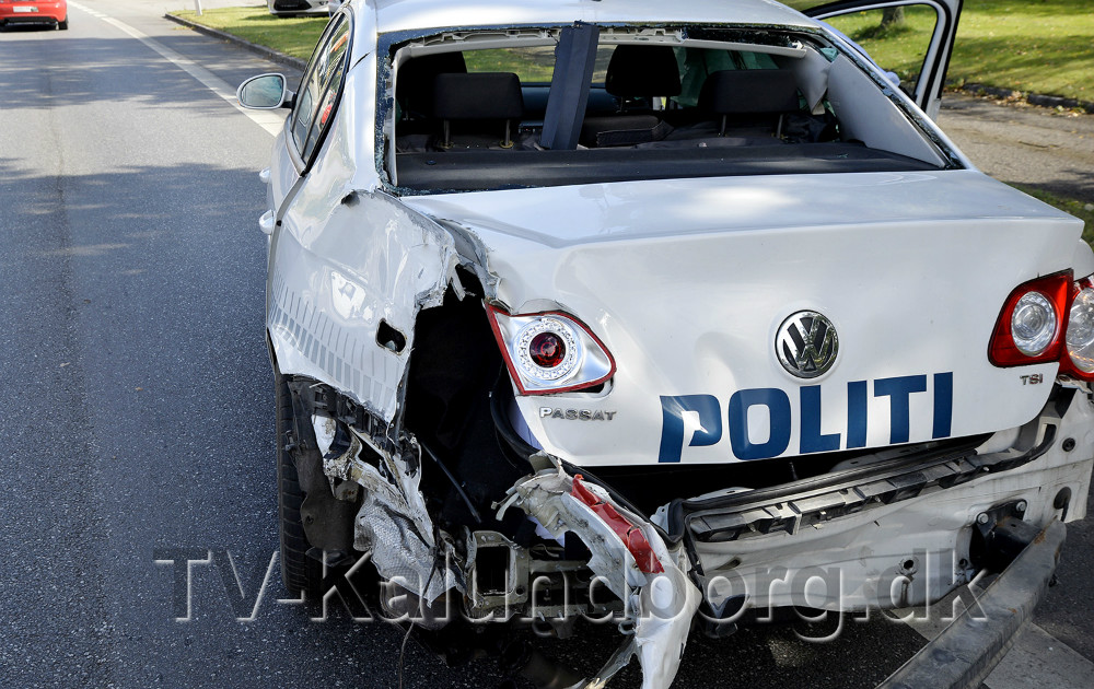 Der var store skader på politibilen. Foto: Jens Nielsen