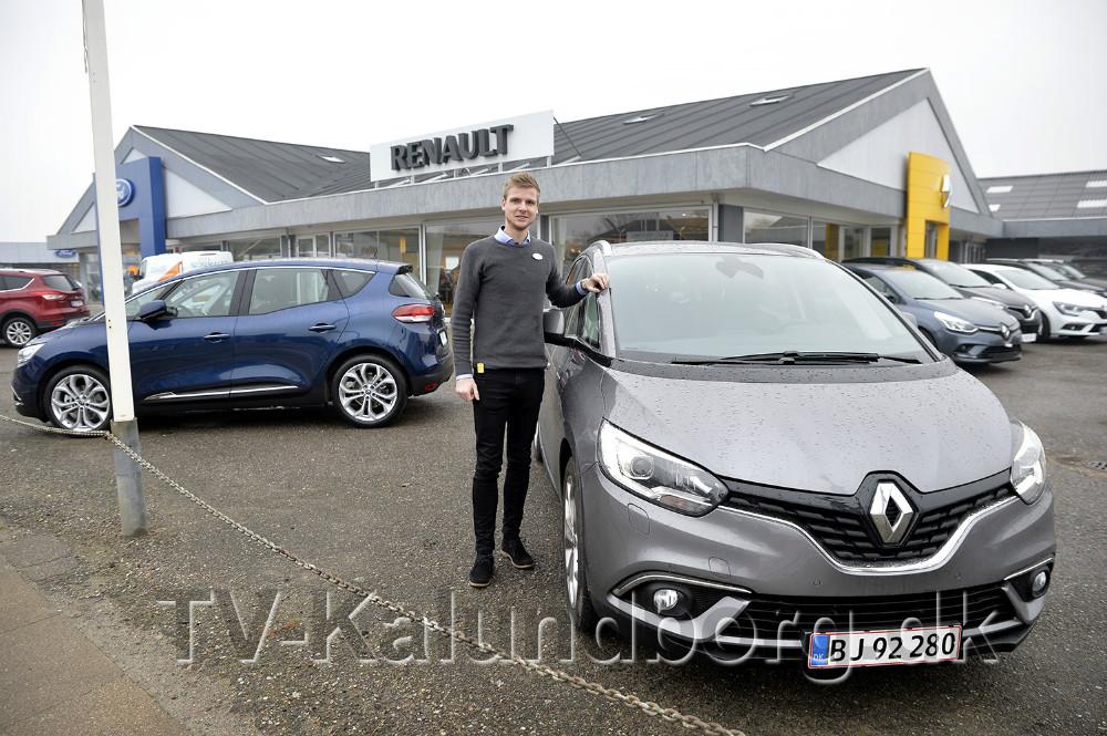 Renaultsælger Mathias Jakobsen med den nye Renault Grand Scenic . Foto: Jens Nielsen