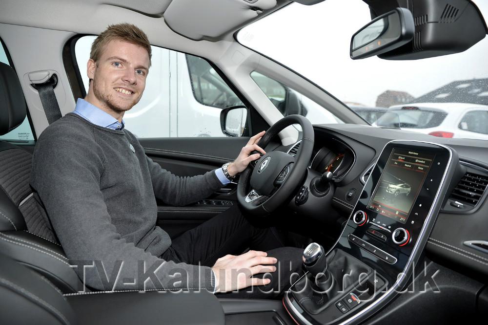Renaultsælger Mathias Jakobsen i den nye Renault Scenic. Foto: Jens Nielsen
