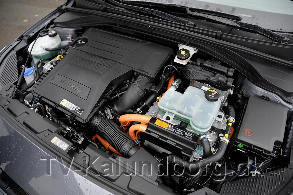 Et kik ned i maskinrummet på den nye Hyundai Hybrid bil. Foto: Jens Nieslen
