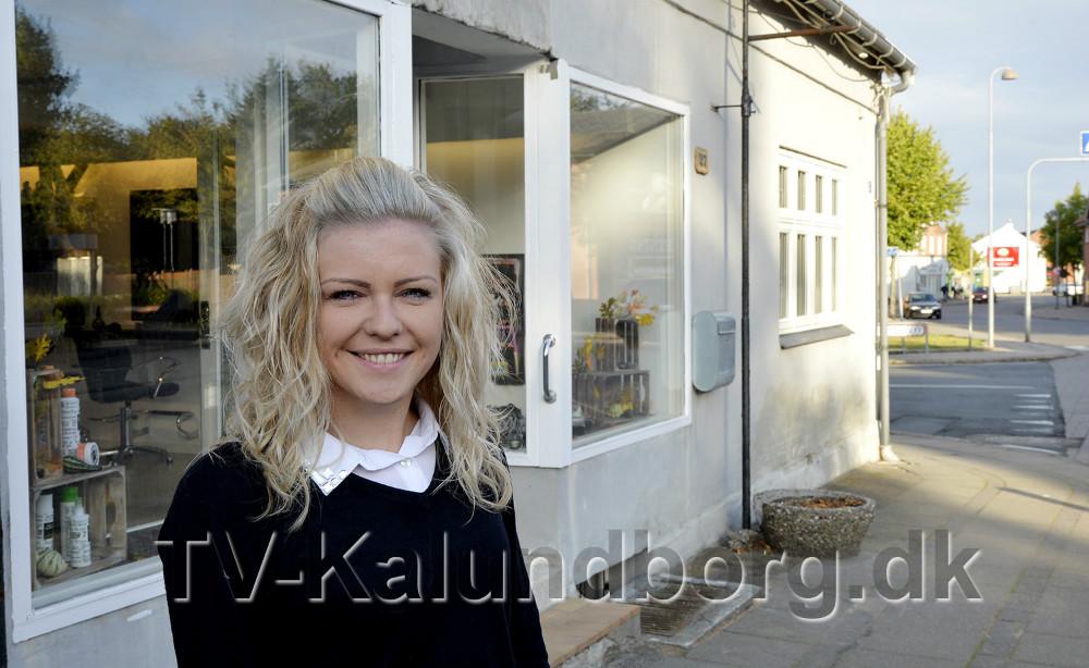 Charlotte Åkerman foran sin nye frisørsalon. Foto: Jens Nielsen