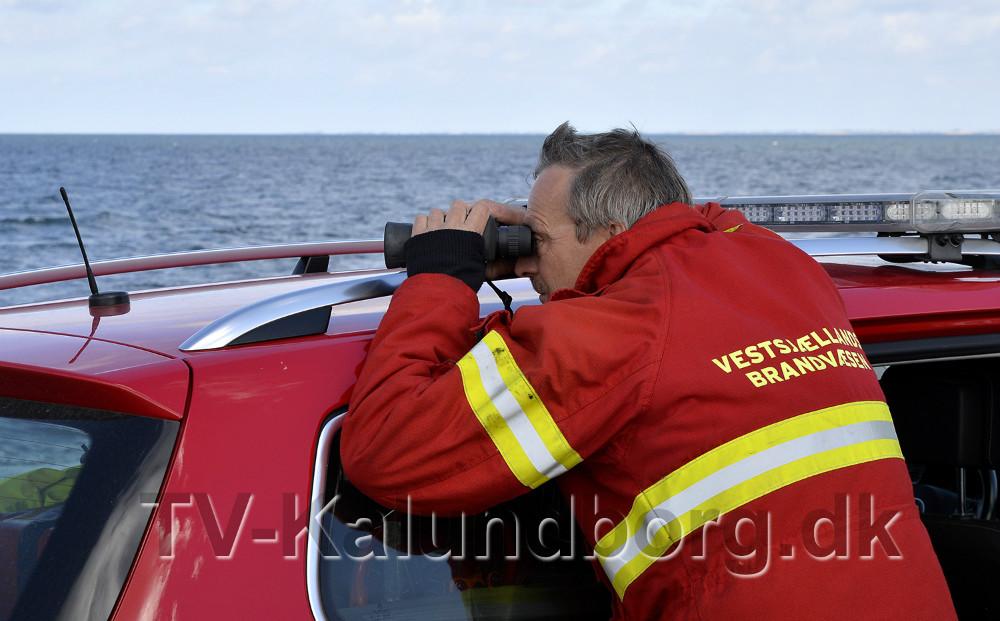 Indsatsleder fra Vestsjællands Brandvæsen, Jesper Christensen kikker ud over vandet. Foto: Jens Nielsen