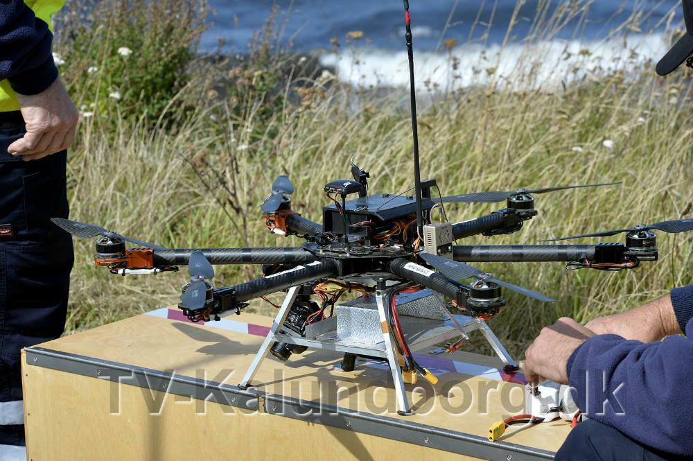 En drone blev sat i luften for at se efter olieforurening langs stranden. Foto: Jens Nielsen