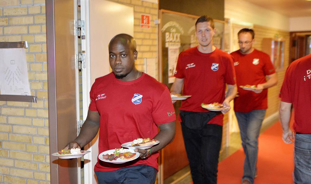 Serveringen var i år lagt i hænderne på en række mændfra fodboldafdelingen under TGU. Foto: Jens Nielsen
