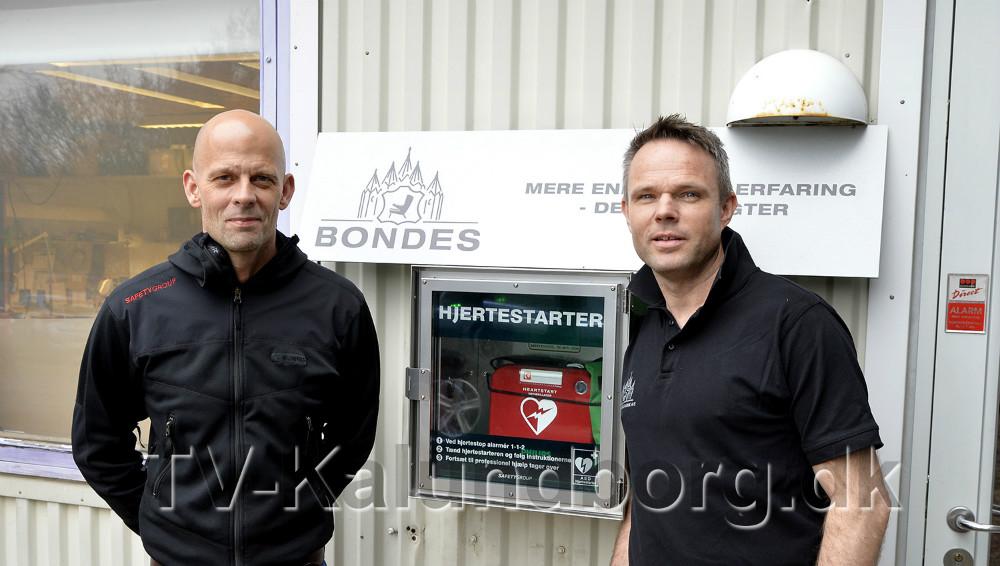 Mark Russel sammen med Jimmy Bonde, Bondes Møbler i Kalundborg, hvor der lige er sat en hjertestarter op og alt personalet er undervist. Foto: Jens Nielsen