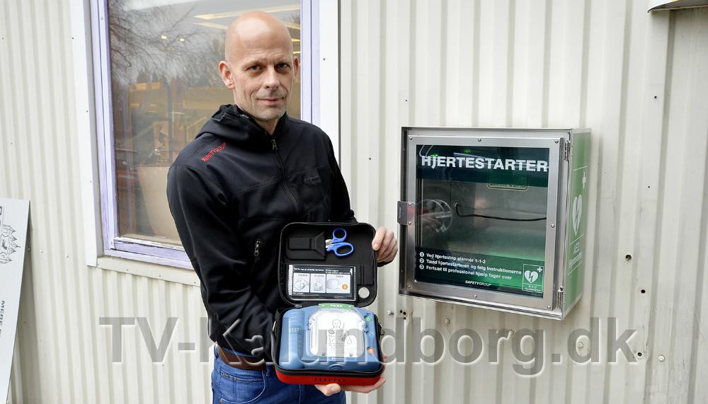 Mark Russel fra det lokale firmaSafetyGroup med hjertestarter og tilhørende skab. Foto: Jens Nielsen