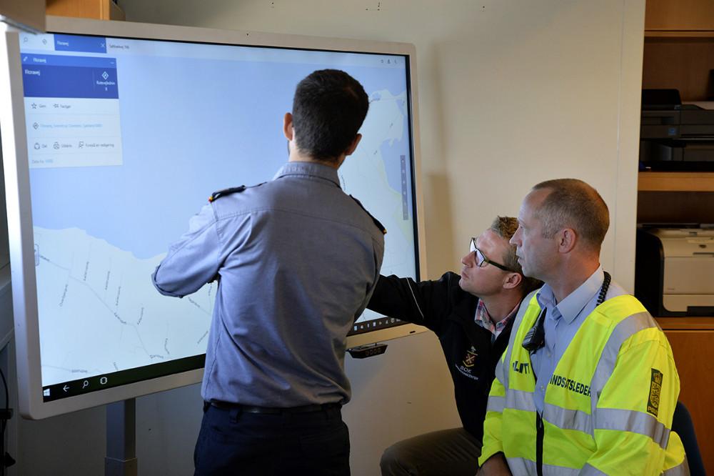Forureningen og de mange skibe indsat i øvelsen følges på den store skærm i kommandocentralen. Foto: Jens Nielsen
