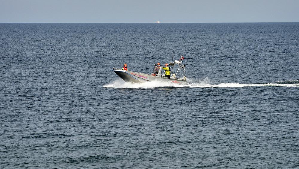 Hurtiggående både fra Vestsjællands Brandvæsen i Kalundborg og Asnæs var indsat sammen med en båd fra Beredskabsstyrelsen. Foto: Jens Nielsen