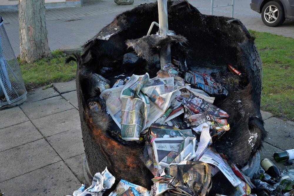 En flaske- og aviscontainer gik op i flammer på Bytorvet i Gørlev. Foto: Jens Nielsen