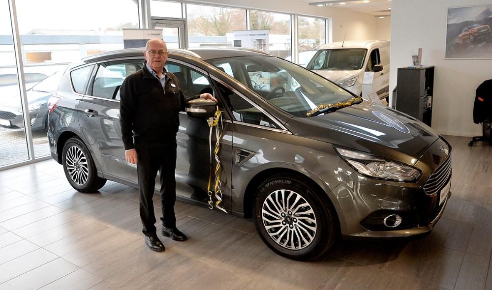 Salgsansvarlig for Ford,Torben Petersen, med en Ford S-MAX. Foto: Jens Nielsen
