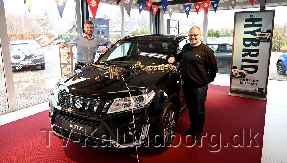 Mathias Jakobsen og Renè Petersen fra Hansen Biler i Kalundborg er klar til at præsentere den nye hybrid teknik i Suzuki modellerne. Foto: Jens Nielsen