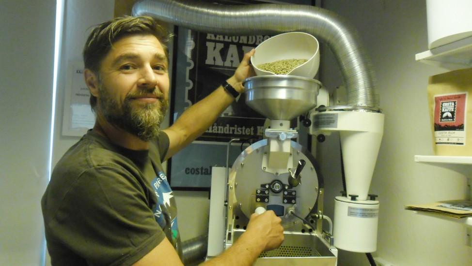 Shaun Gamble rister selv sin kaffe og efter nogle år med fuldtidsjob og risteriet på hobbybasis, har han nu sagt sit job op og satser 100  på kaffen. Til sommer åbner han en café i Havneparken i Kalundborg.