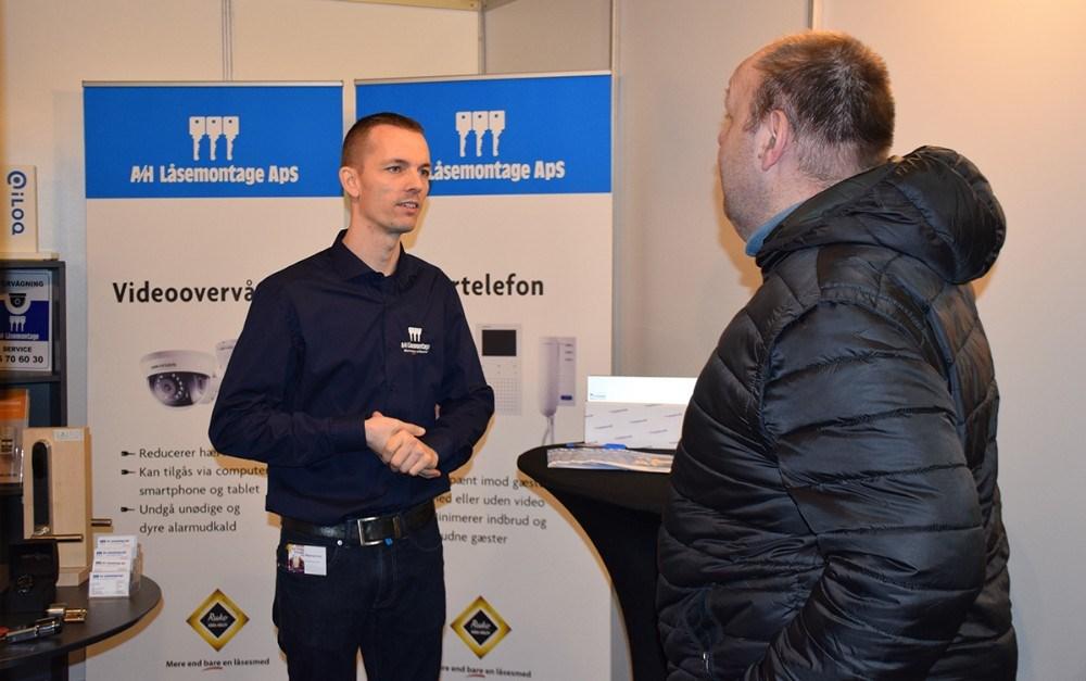 Paw Jensen fra A/H Låsemontage snakker med en gæst på Kalundborg Messen. Foto: Gitte Korsgaard.