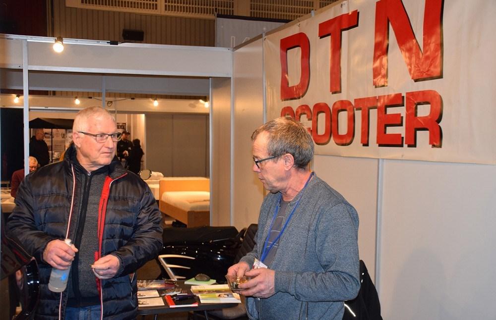 Rene Jensen, indehaver DTN Scooter fortæller om sine scootere til de besøgende på messestanden. Foto: Gitte Korsgaard.