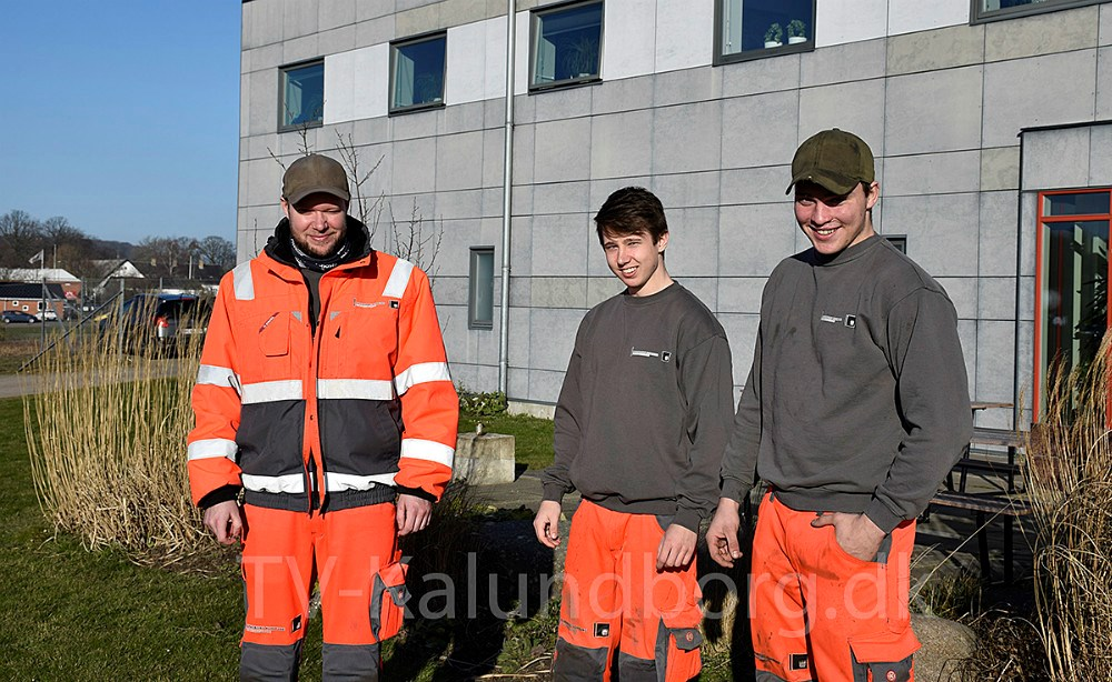 Fra venstre:Christian Andersen,Mike Nielsen ogRasmus Jakobsen, der alle er i lære som anlægsgartnere.Foto: Gitte Korsgaard.