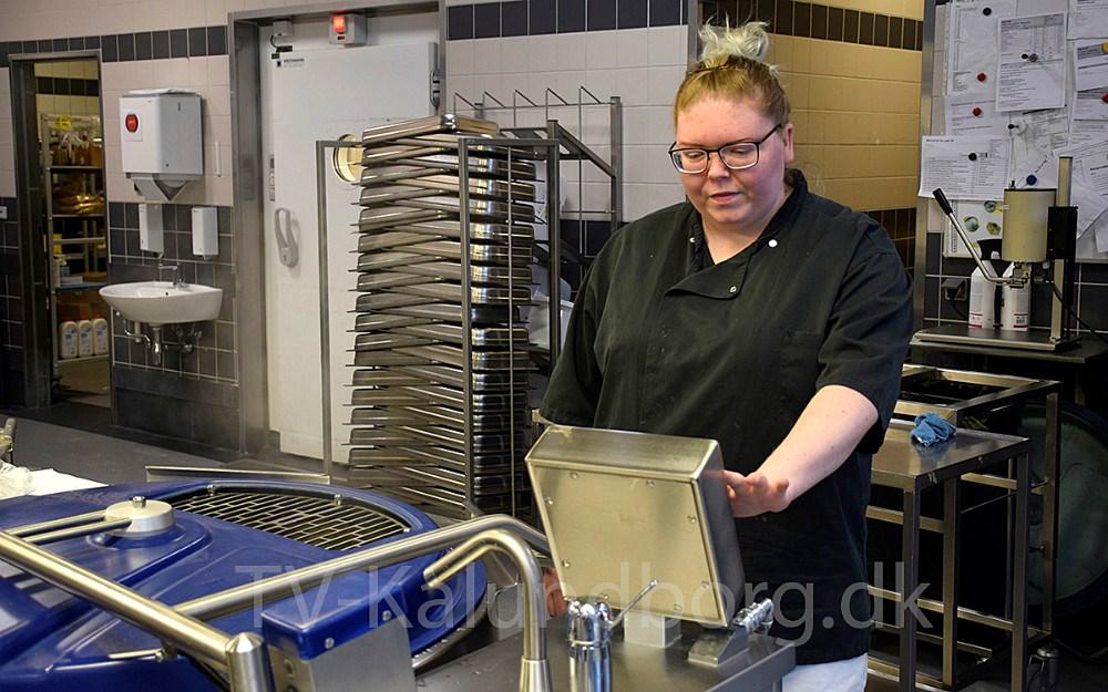 Christina Andersen er i gang med sit arbejde. Foto: Gitte Korsgaard.