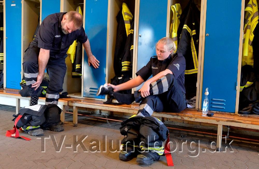 Der skal trænes i at tage branddragten lynhurtigt på. Foto: Jens Nielsen