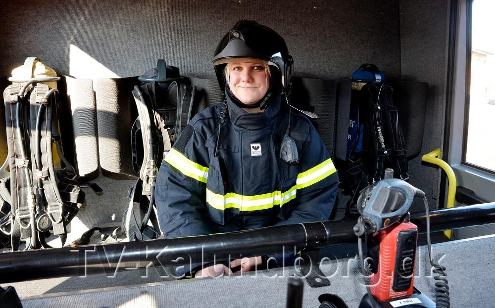 Janni Jensen klar i brandbilen. Foto: Jens Nielsen