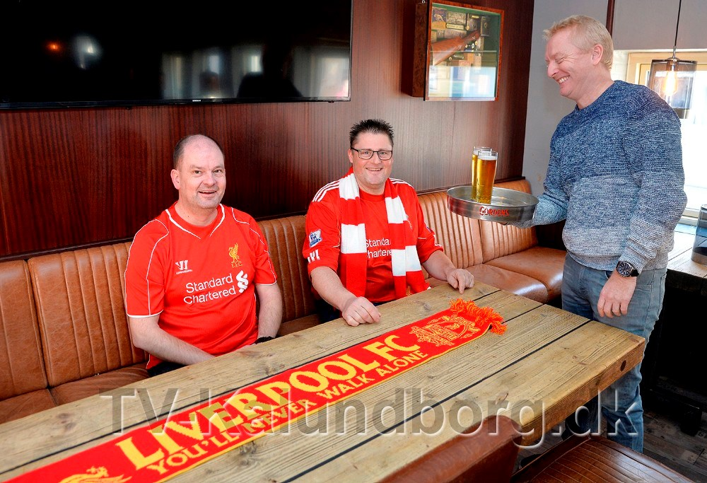 Morten Nystrup, indehaver af Kontoret, er klar til at servere øllet for Liverpool fansene Thomas Holst Tranberg (bageren) og Lars Kaster. Foto: Jens Nielsen