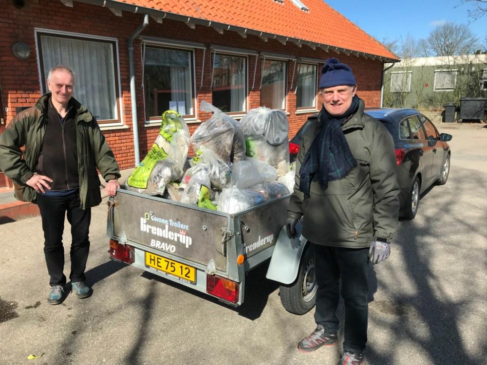 Peter With og Arne Christoffersen fra Høng Lokalråd viser dagens affaldsfangst.