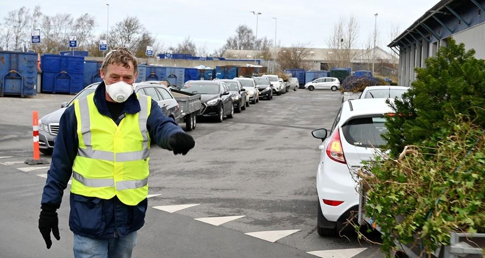 Køen var lang for at få lov at aflevere sit genbrugsaffald. Foto: Jens Nielsen