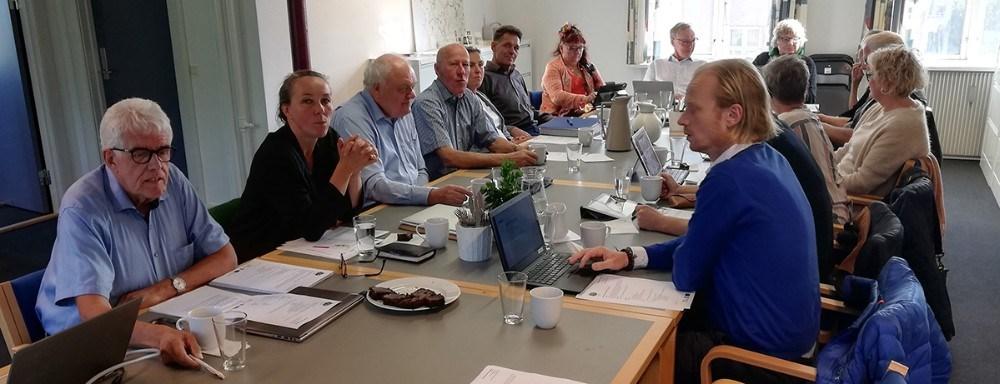 Den frivillige bestyrelse i LAG Midt-Nordvestsjælland kommer på ekstra hårdt arbejde, når den i starten af juni skal fordele de mange penge i årets sidste pulje. Her ses bestyrelsen ved en tidligere – før COVID-19 – lejlighed med foreningens formand Flemming E. Larsen yderst tv. Privatfoto