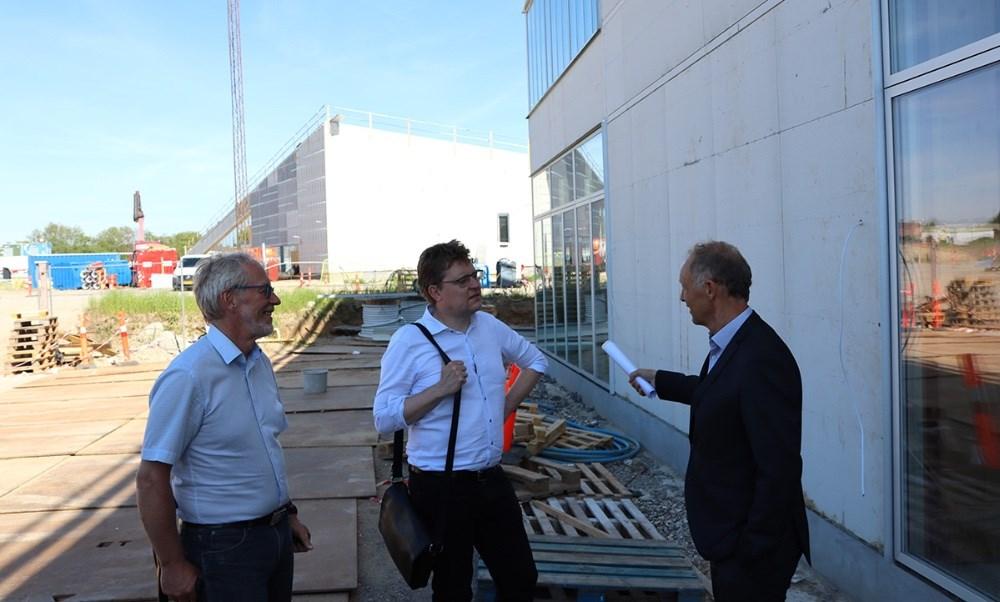Klima- og transportordfører Rasmus Helveg Petersen (R) snakker med Hans Munk (R) (tv) og borgmester Martin Damm (V)