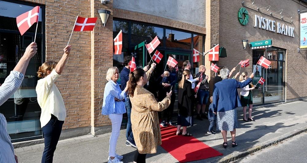 Kollegaerne i Jyske Bank tog imod jubilaren tirsdag morgen. Foto: Jens Nielsen
