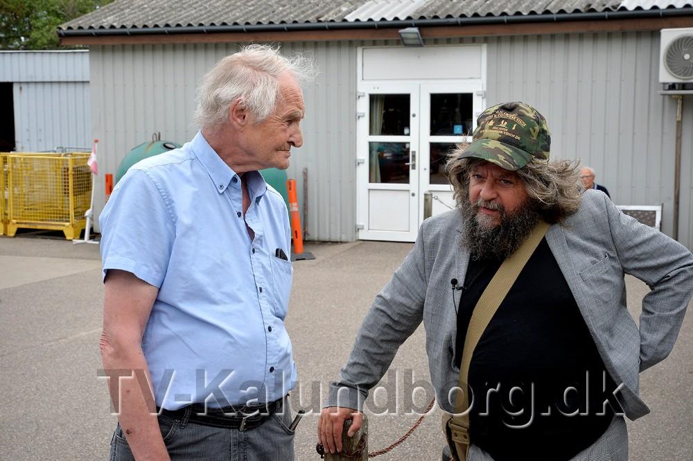 John stampe, kasserer hos Spildopmagerne i snak med Anders Lund Madsen. Foto: Jens Nielsen