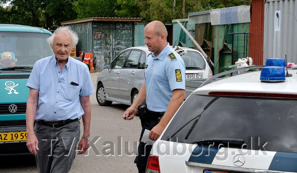 John stampe, kasserer hos Spildopmagerne, sammen med Jesper Engel fra politiet. Foto: Jens Nielsen
