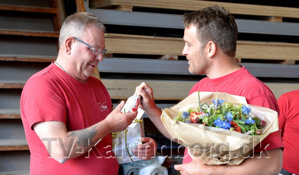 Bent Ole Larsen modtog gaver i forbindelse med sit 25-års jubilæum, her overrakt af tømrermester Ole Houg Larsen. Foto: Jens Nielsen