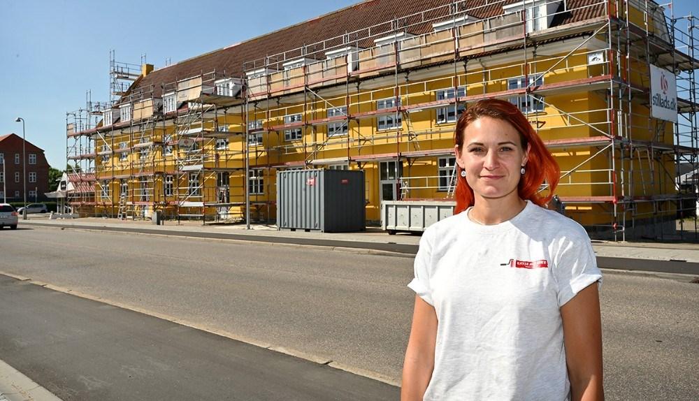 Katja Anskjær foran en af de sidste store opgaver, facademaling af Slagelsehus. Foto: Jens Nielsen
