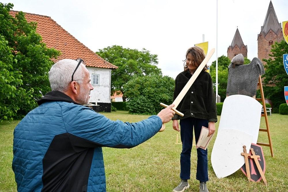 Martin Pavon slår August til ridder af Esbern Snares ridderskole. Foto: Jens Nielsen