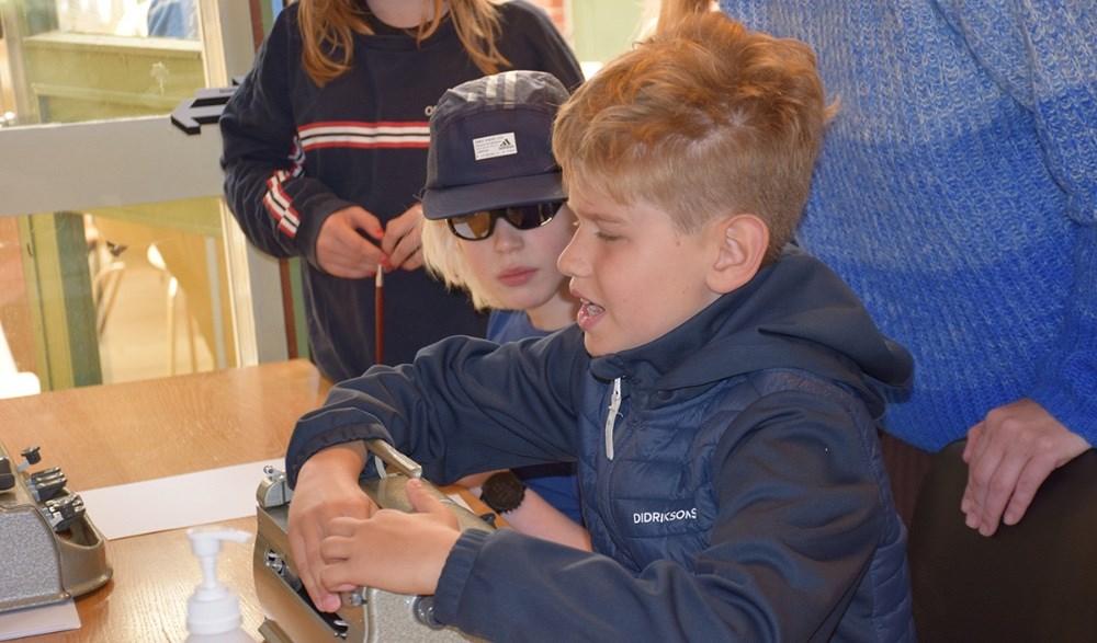Sommerskole på Synscenter Refnæs. Her lærer børnene bl.a. blindeskrift. Fotos: Gitte Korsgaard.
