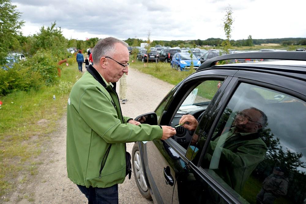 Jan Østergaard igang med at lukke de mange biler ind. Foto Jens Nielsen
