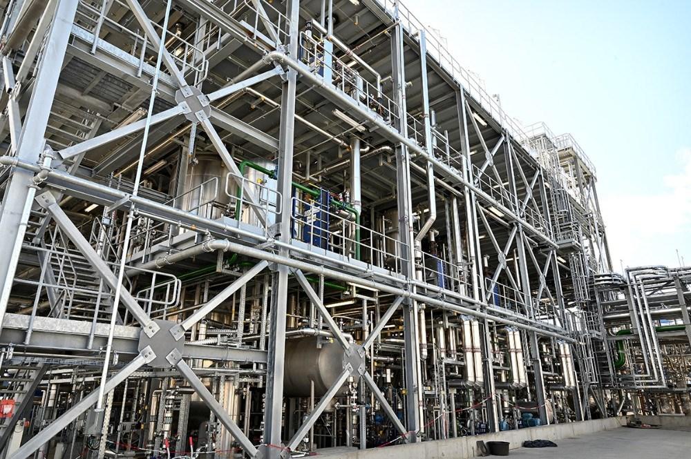 Kilometervis af rør og ledninger er der brugt for at opføre det nye raffinaderi. Foto: Jens Nielsen