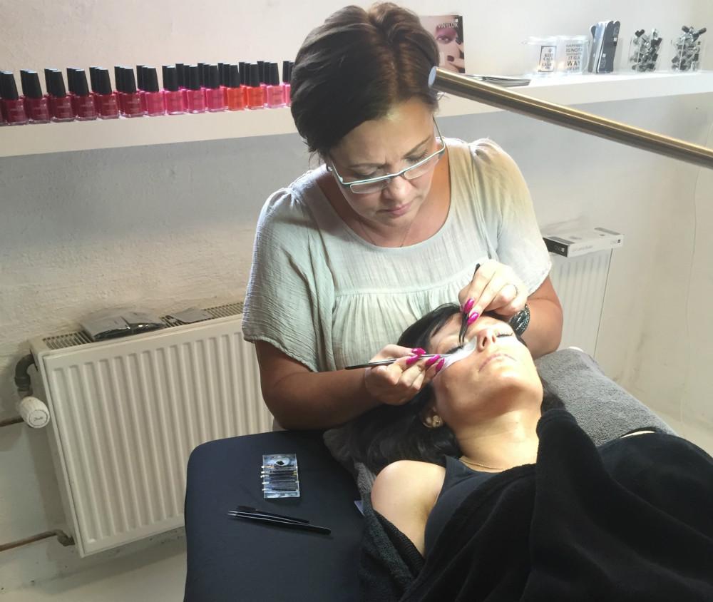 Gitte Kleis er i gang med at behandle en kunde.