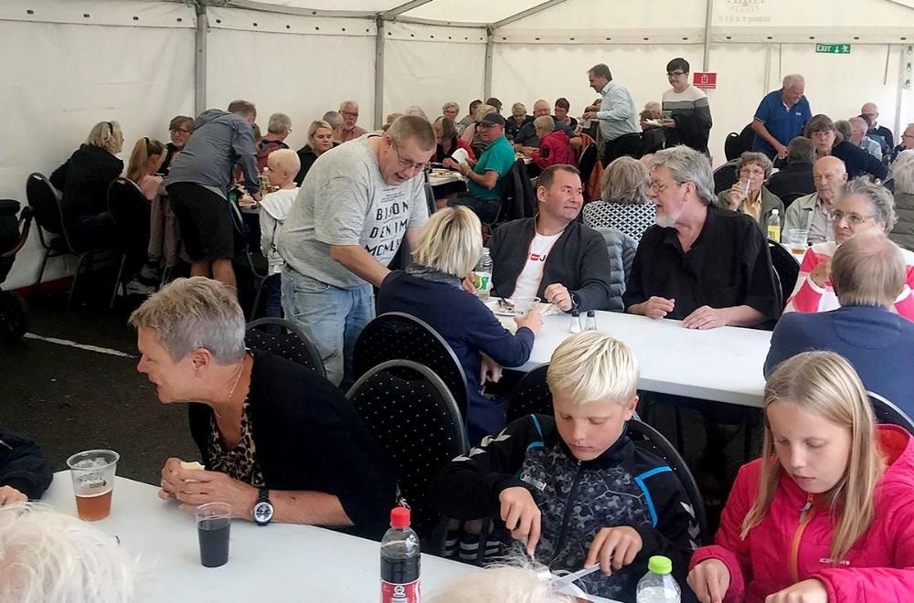 250 voksne opg børn var fredag eftermiddag til grillfest i Dagli´brugsen. Privatfoto