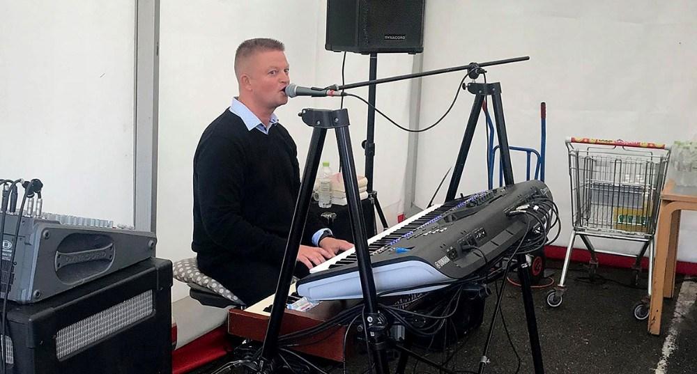 Den lokale musiker Tommy Kure sørgede for musk til grillfesten. Privatfoto